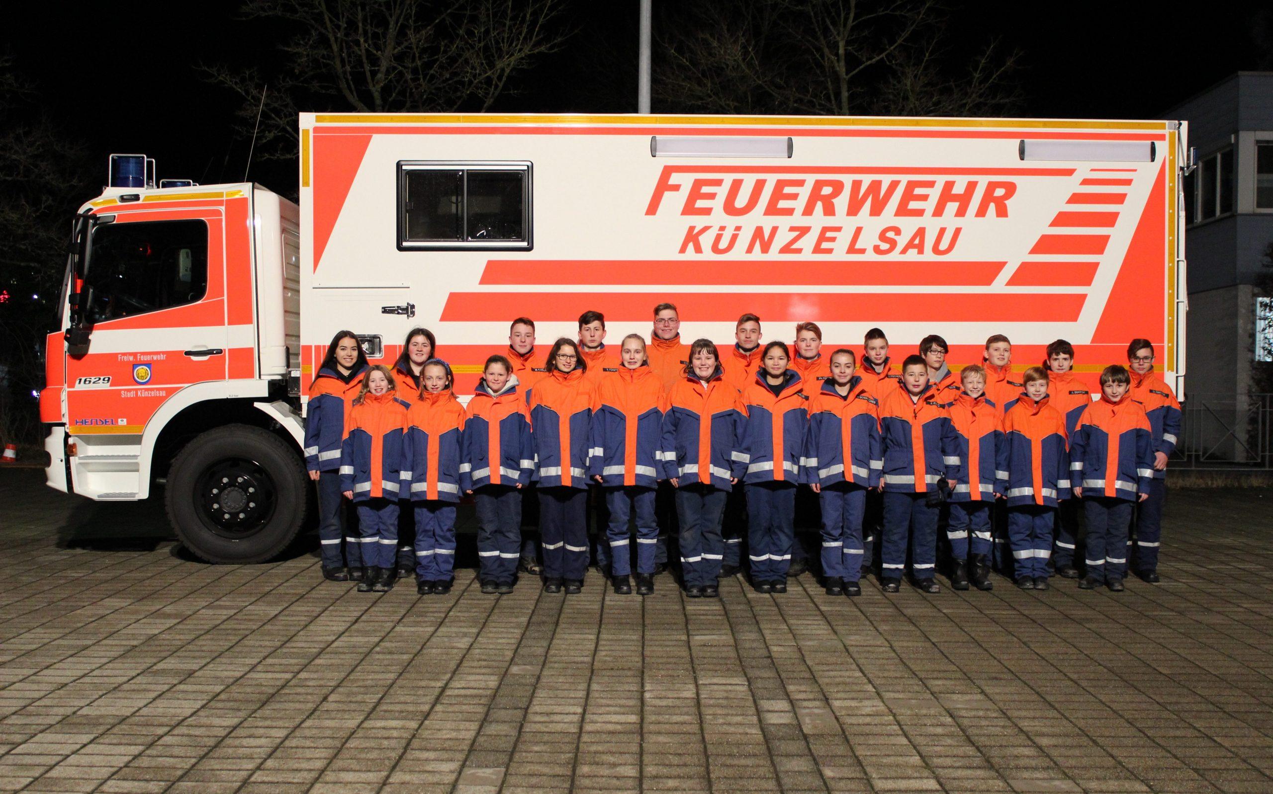 Gruppenbild Jugendfeuerwehr vor Gerätewagen Atemschutz