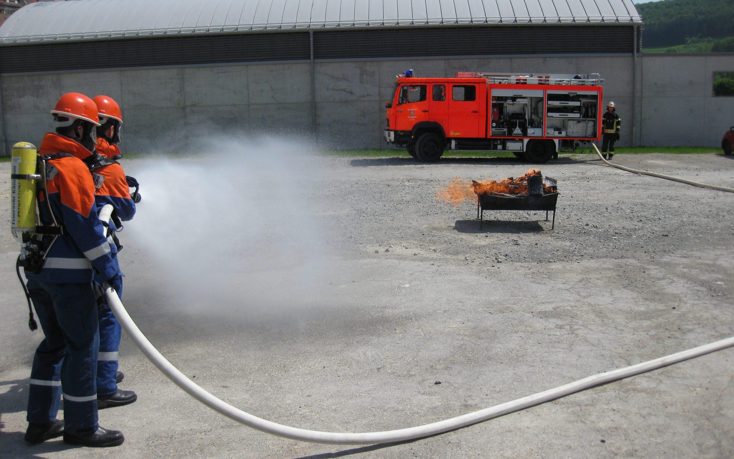 Jugendliche bei der Brandbekämpfung